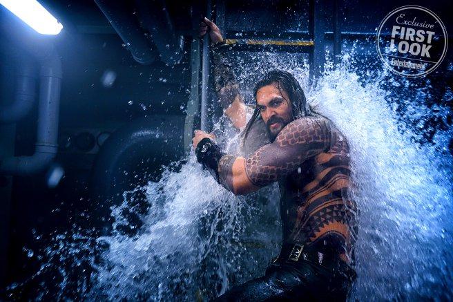 Aquaman egy tengeralattjáró fedélzetén harcol a kalózok ellen